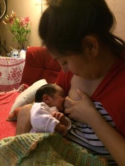 Dando Pecho a Olivia recién nacida
