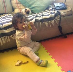 Olivia comiéndose un plátano con todo