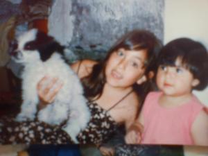 La Lulú, la perrita que yo sostengo, fue uno de mis regalos de Navidad. Fiel compañera y protectora.