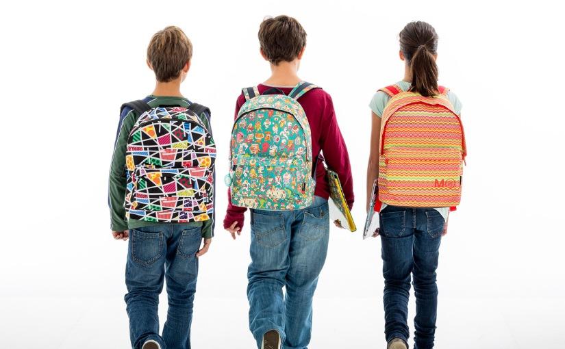 ¿Mochilas escolares muy pesadas?: Cuidado con las lesiones enniños