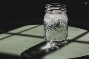 vaso de agua hidratación