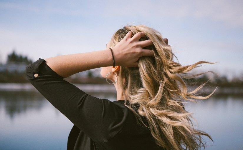 Sol, un enemigo: Reactiva los tonos rubios con John Frieda® Sheer Blonde® HighlightActivating