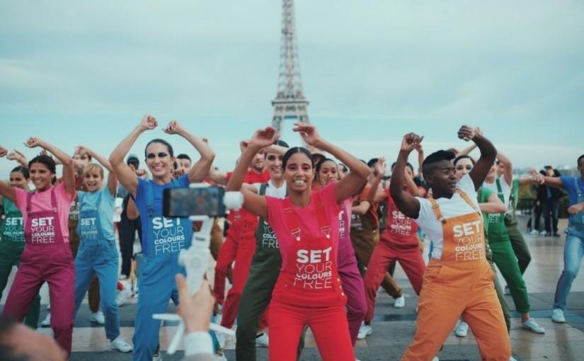 Avon libera sus colores con la Toma de París para lanzar su  nueva fragancia junto al legendario diseñador KenzoTakada